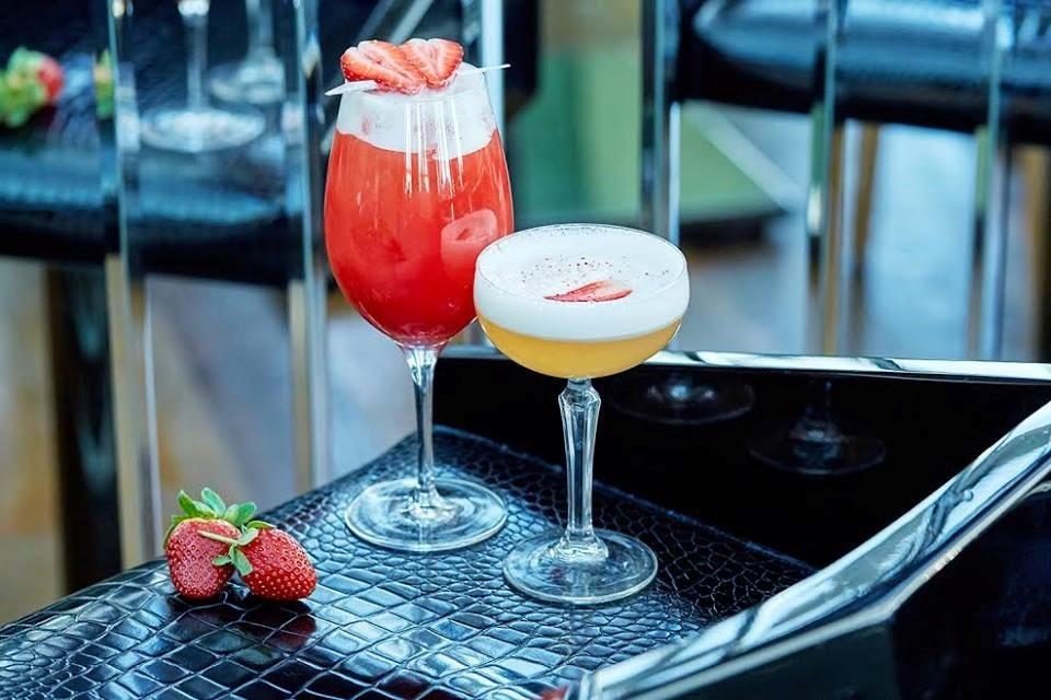 Подача коктейлей в ресторане Sixty