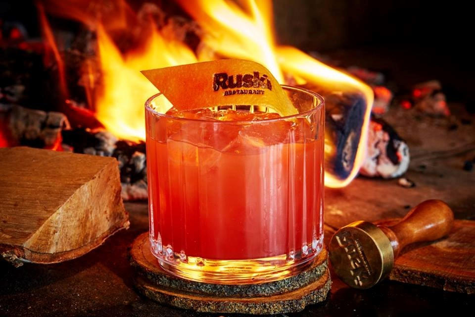 Подача коктейля в ресторане Ruski