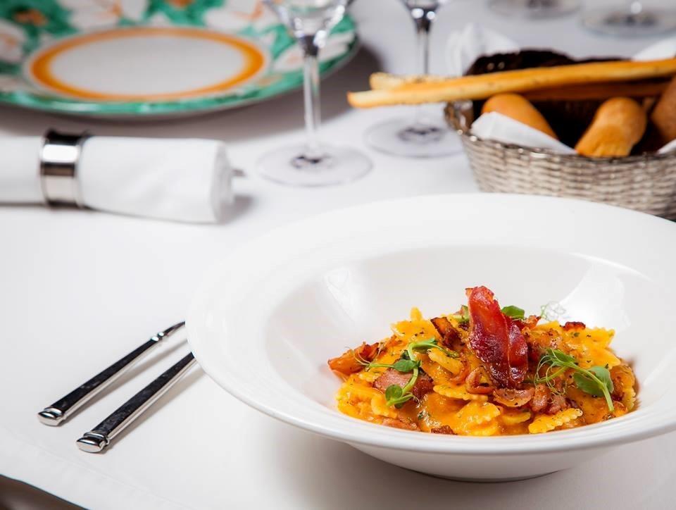 Подача блюда - пасты в ресторане Buono