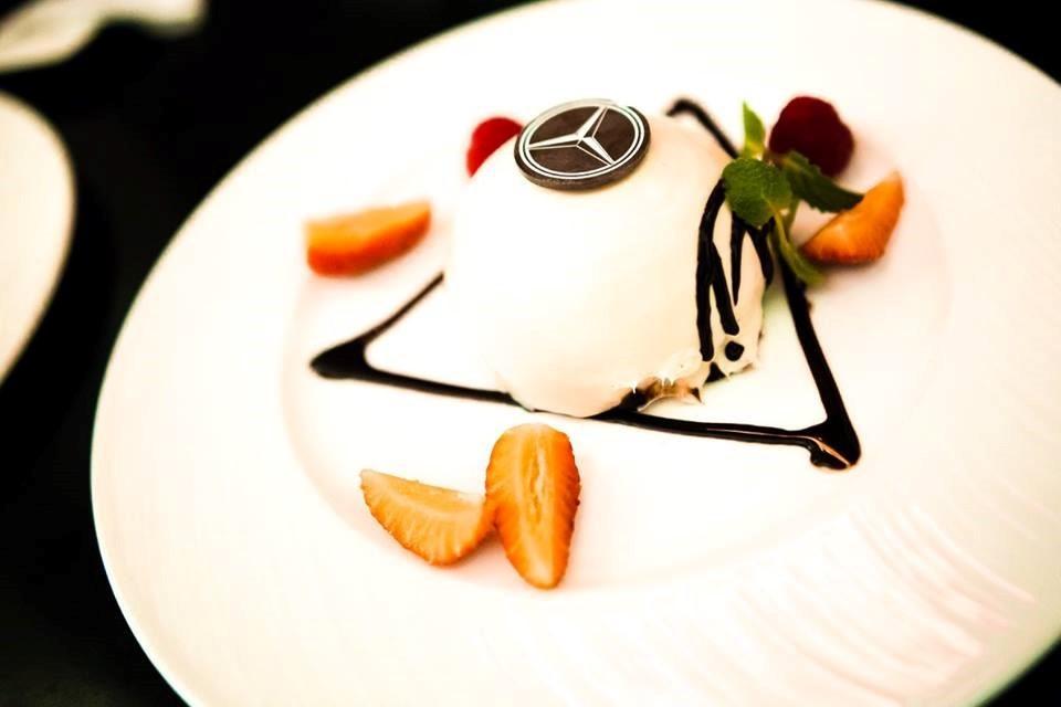 Подача десерта в Mercedes Bar