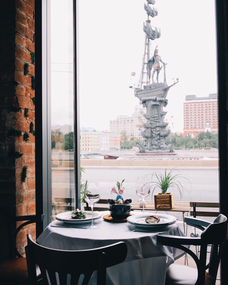 вид из окна в Peter cafe