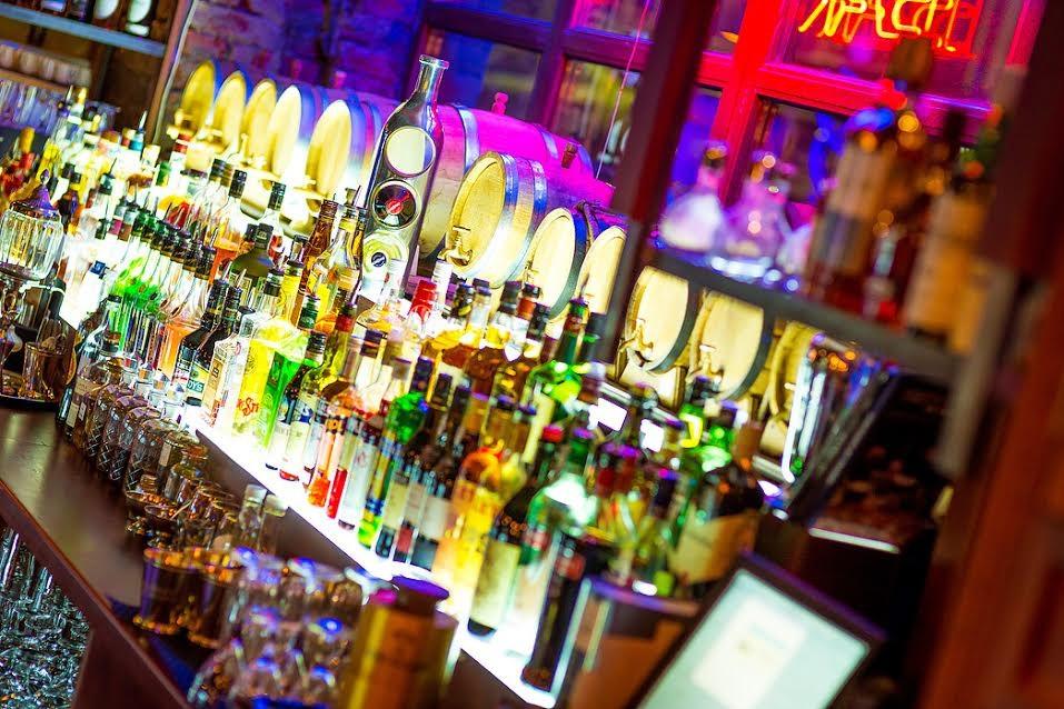 барная стойка в Stay True Bar